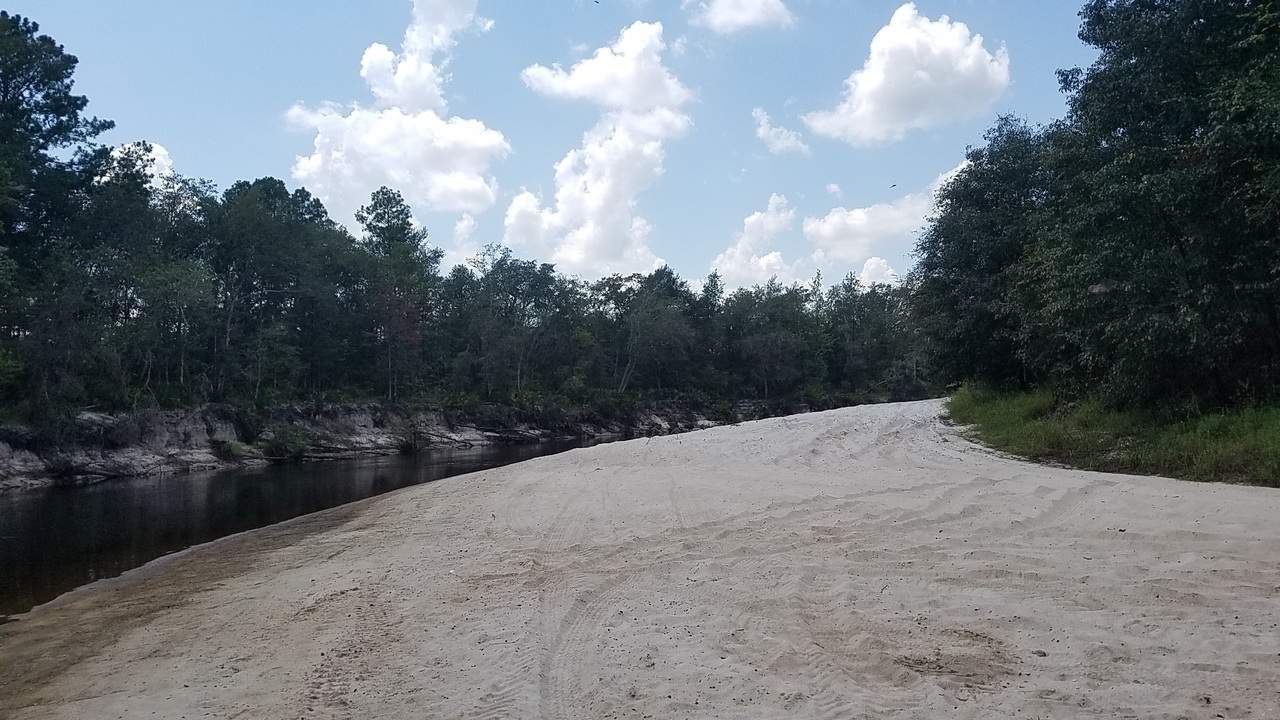 2560x1440 High beach, in Pafford's Landing, Alapaha River, by John S. Quarterman, for WWALS.net, 24 August 2017