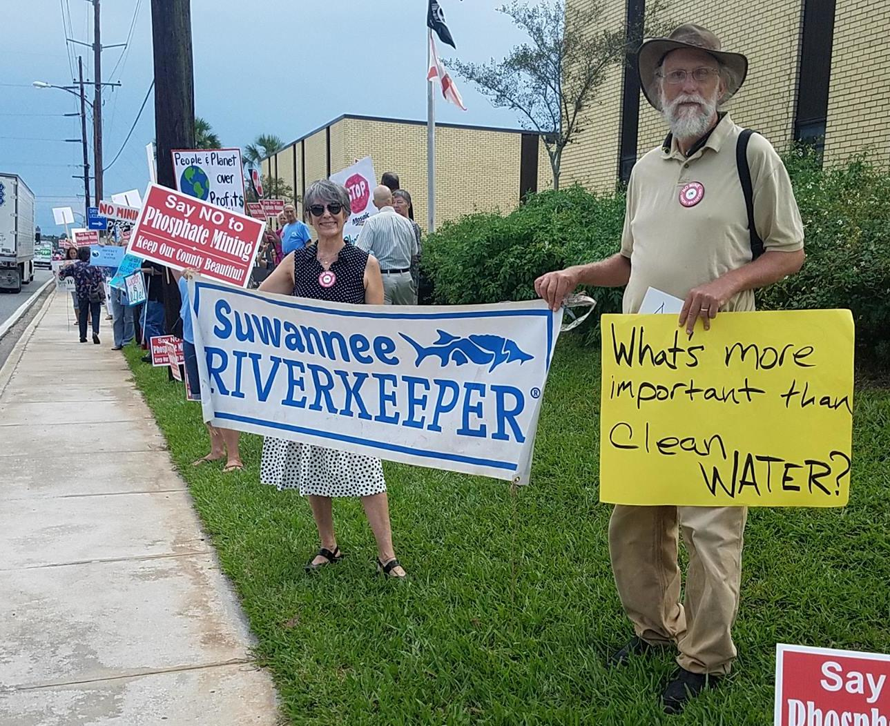 1289x1052 Suwannee Riverkeeper banner at Bradford County Courthouse, in Wwals union county phosphate mining , by John S. Quarterman, for WWALS.net, 21 August 2017