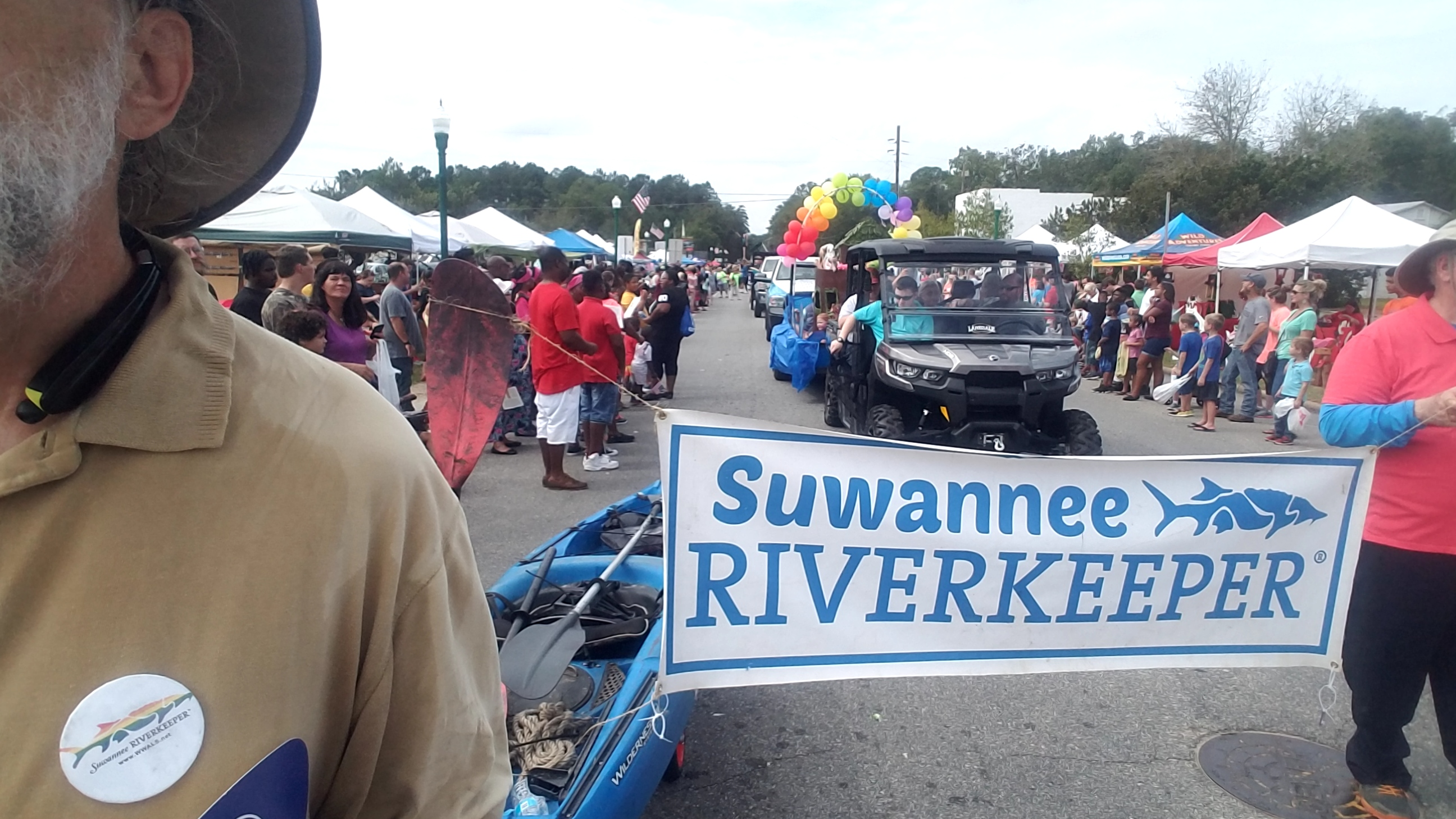 2592x1458 Lots of people, Parade, in Hahira Honeybee Saturday, by John S. Quarterman, for WWALS.net, 7 October 2017