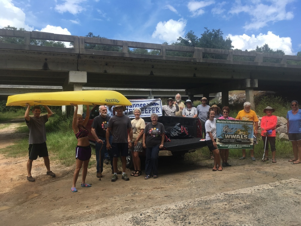 1008x756 Hold the boat high, Ready, in WWALS Cleanup at Sheboggy Boat Ramp, US 82, Alapaha River, by Gretchen Quarterman, for WWALS.net, 9 September 2018
